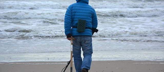 Cercatore in spiaggia con il metal detector