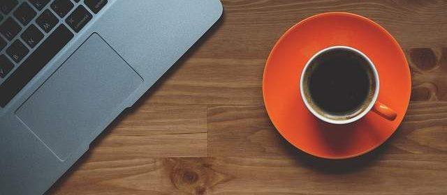 Pc portatile e tazzina di caffè