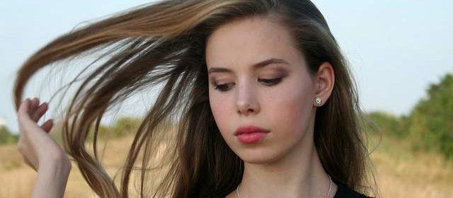 Ragazza capelli lunghi