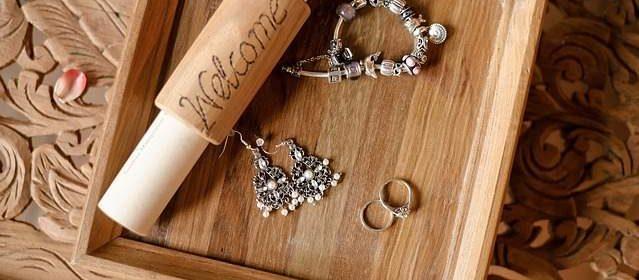 Orecchini bracciale e anelli