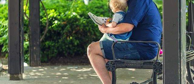 Padre legge libro al proprio bambino